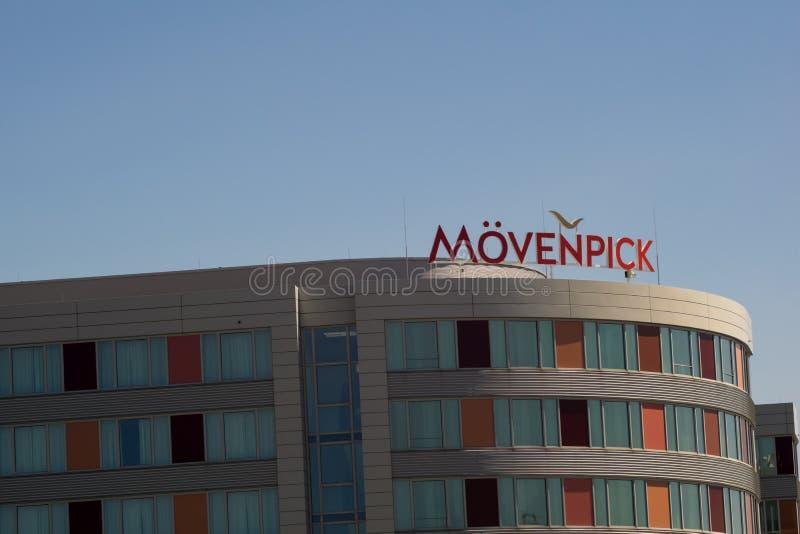 LEINFELDEN-ECHTERDINGEN TYSKLAND - JULI 01,2018: Det Moevenpick hotellet detta är ett stort hotell arkivfoton