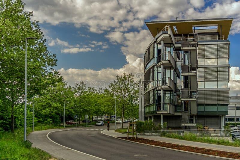 LEINFELDEN-ECHTERDINGEN TYSKLAND - MAJ 09,2018: Maximal-Lang-Strasse är denna den moderna byggnaden av företaget Amparex royaltyfri fotografi