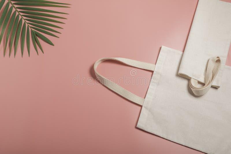 Leinwand aus weißem Tütensack Shopping-Sack-Mockup mit Kopierplatz stockfoto