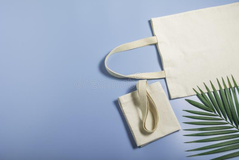 Leinwand aus weißem Tütensack Shopping-Sack-Mockup mit Kopierplatz stockbilder