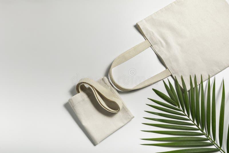 Leinwand aus weißem Tütensack Shopping-Sack-Mockup mit Kopierplatz stockfotos