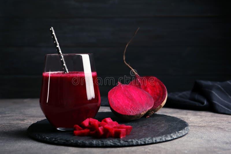 Leiplaat met glas van biet smoothie royalty-vrije stock foto