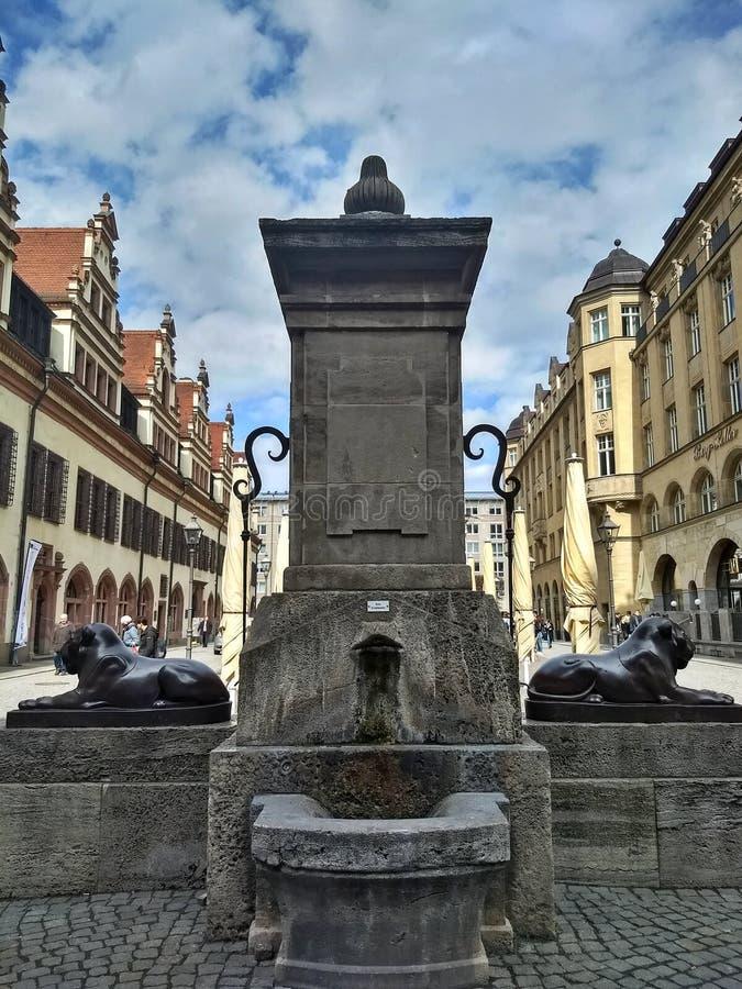 Leipzig/Alemanha - 30 de março de 2018: Fonte de Loewenbrunnen em Leipzig no oposto do quadrado de Naschmarkt da entrada principa fotografia de stock royalty free