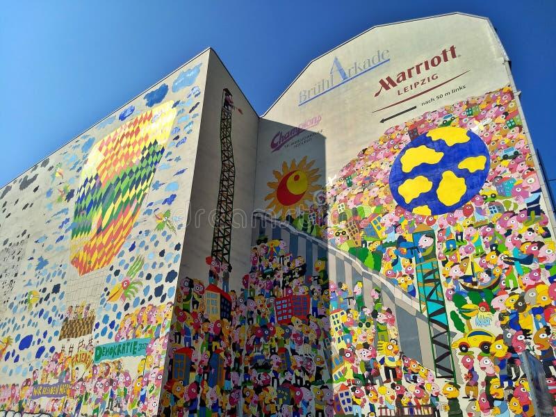 Leipzig/Deutschland - 30. März 2018: Graffiti zum Gedenken an die deutsche Wiedervereinigung und die Demokratie lizenzfreie stockfotografie