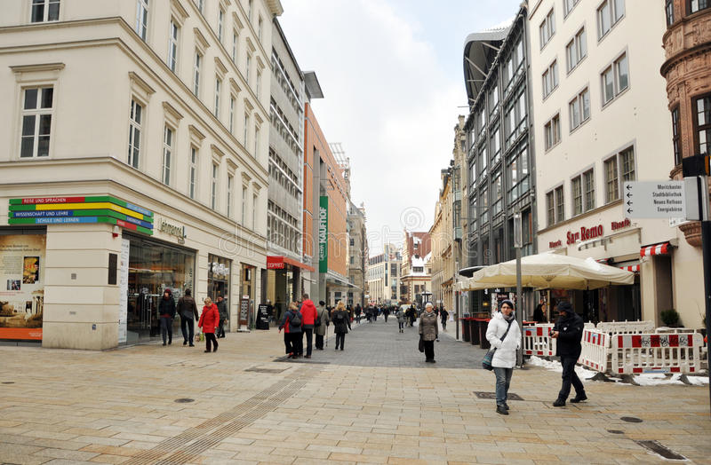 Ludzie chodzi w centrum Leipzig fotografia stock