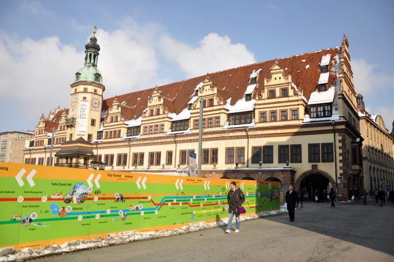 Turyści zbliżają Leipzig Stary Townhall obrazy stock