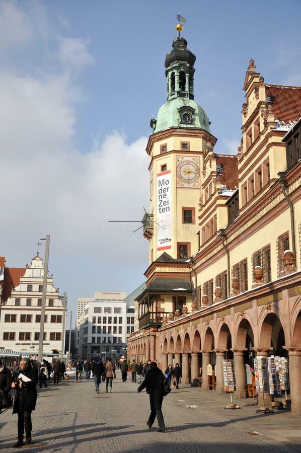 Turyści zbliżają Leipzig Stary Townhall zdjęcia royalty free