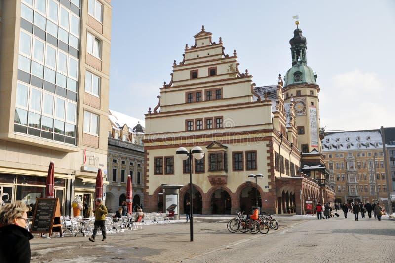 Turyści zbliżają Leipzig Stary Townhall zdjęcie royalty free