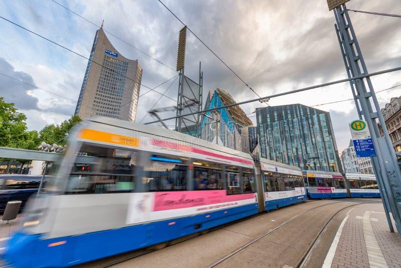LEIPZIG TYSKLAND - JULI 17, 2016: Spårvagnen rusar upp längs stadsstre royaltyfria foton