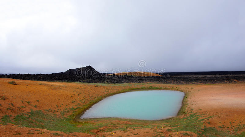 Leirhnjúkur Lawowi pola i geotermiczny basen w Krafla terenie obraz stock
