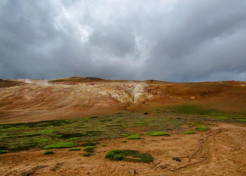 Leirhnjukur五颜六色的地热区域在克拉夫拉火山地区在Myvatn湖,北部冰岛,欧洲附近 免版税库存图片