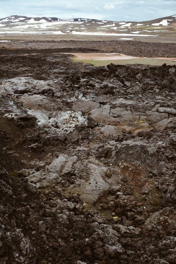 Leirhnjukur antiguo campo de lava negra, montañas con nieve y cielo azul en Islandia, desbordado día en verano , efecto películ foto de archivo
