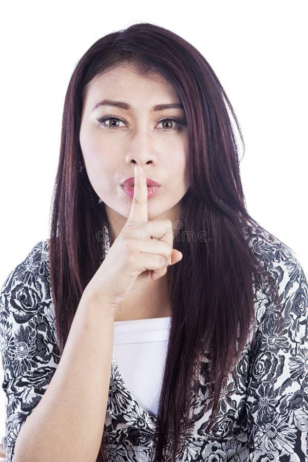 Leiser Ausdruck der Frau getrennt über Weiß lizenzfreies stockfoto