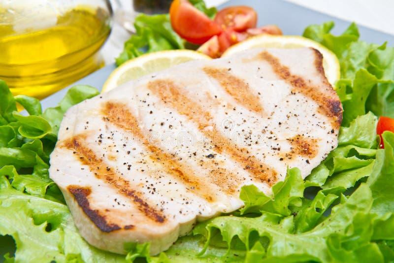 Leiste des gegrillten Thunfischs mit Salat und Tomaten stockbilder