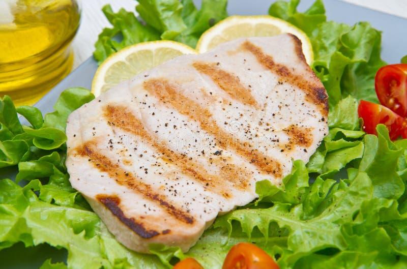 Leiste des gegrillten Thunfischs mit Salat und Tomaten lizenzfreie stockfotografie
