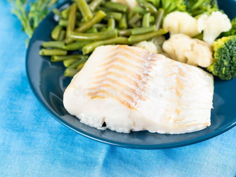 Leiste des gekochten Seefischkabeljaus mit Brokkoli, grünen Bohnen und cau stockbilder