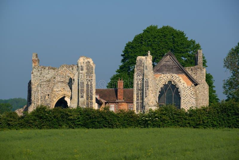 LEISTON, SUFFOLK/UK - 25 DE MAIO: As ruínas da abadia de Leiston nos leus foto de stock