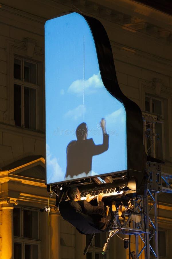 Leistung David-Moreno in Bucharest, Rumänien lizenzfreie stockfotos