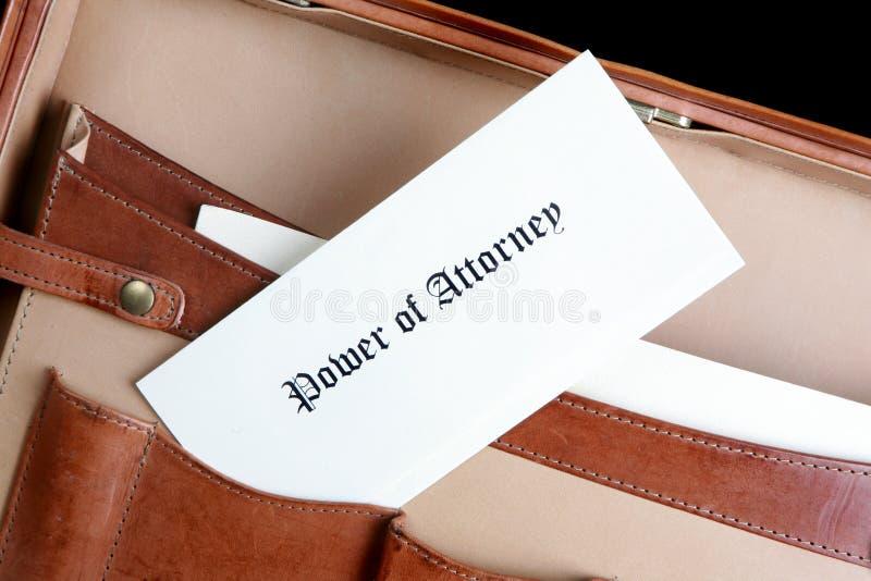 Leistung des Rechtsanwaltsdokuments in einem ledernen Aktenkoffer stockbild