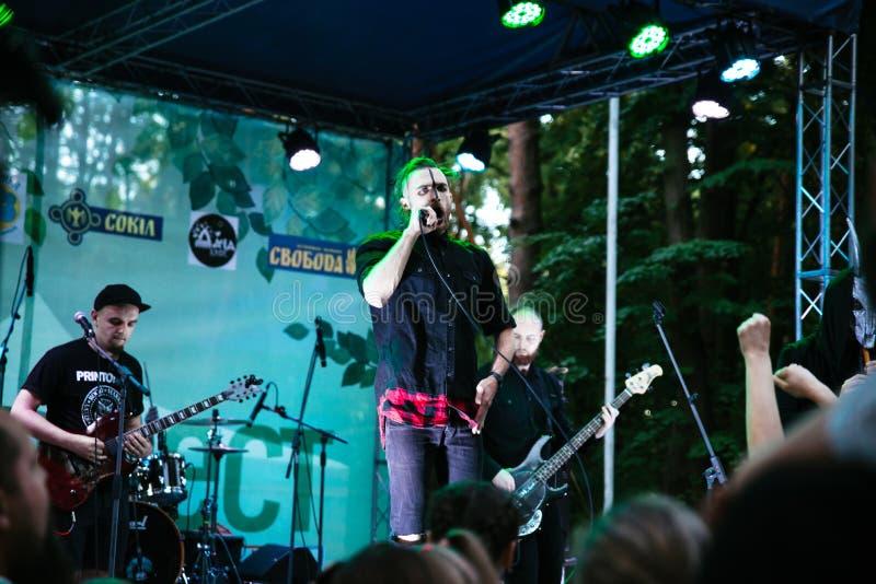 Leistung des ` Rockgruppe ` Chumatsky Shlyakh am 10. Juni 2017 in Cherkassy, Ukraine stockfotos