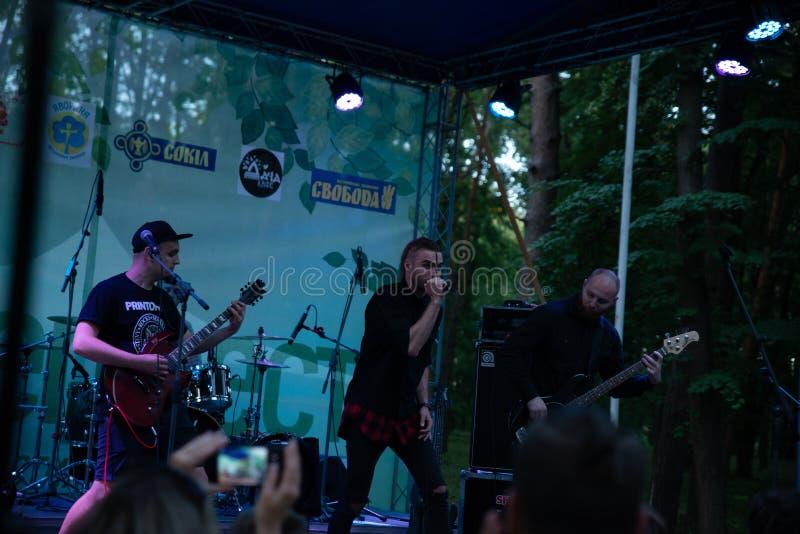 Leistung des ` Rockgruppe ` Chumatsky Shlyakh am 10. Juni 2017 in Cherkassy, Ukraine stockfotografie