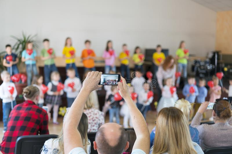 Leistung durch begabte Kinder Kinder auf Stadium f?hren vor Eltern durch Bild der Show des Unsch?rfekindes auf Stadium in der Sch stockfotografie