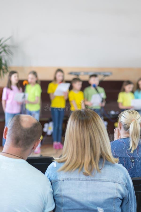 Leistung durch begabte Kinder Kinder auf Stadium f?hren vor Eltern durch Bild der Show des Unsch?rfekindes auf Stadium in der Sch lizenzfreies stockfoto