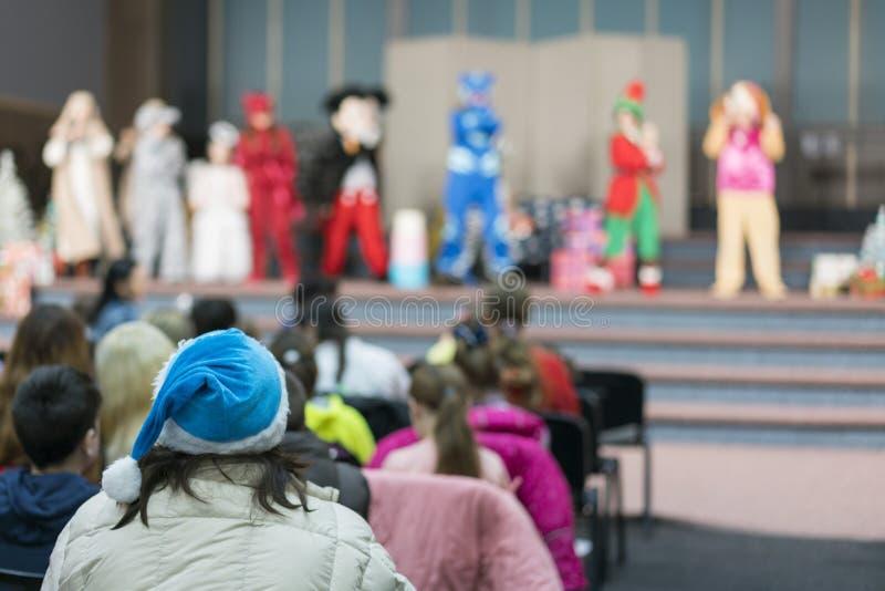 Leistung für Kinder auf Stadium Kinder auf Stadium führen vor Eltern durch Bild der Show des Unschärfekindes auf Stadium in der S lizenzfreie stockfotos