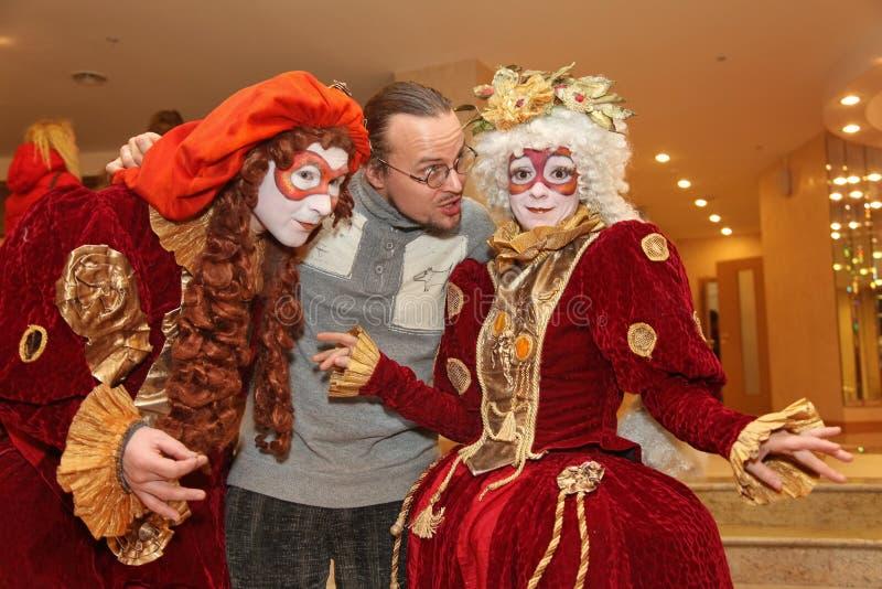 Leistung von Schauspielern des wandernden Puppenherrn Pezho des Theaters im Foyer des Theaterbüffelleders stockfotos