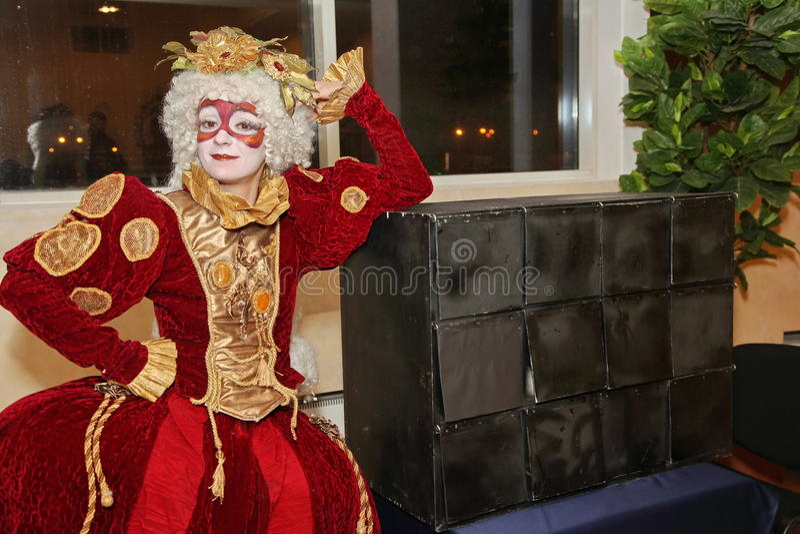 Leistung von Schauspielern des wandernden Puppenherrn Pezho des Theaters im Foyer des Theaterbüffelleders lizenzfreie stockfotografie