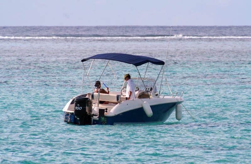 Leistungboot am Anker stockbilder