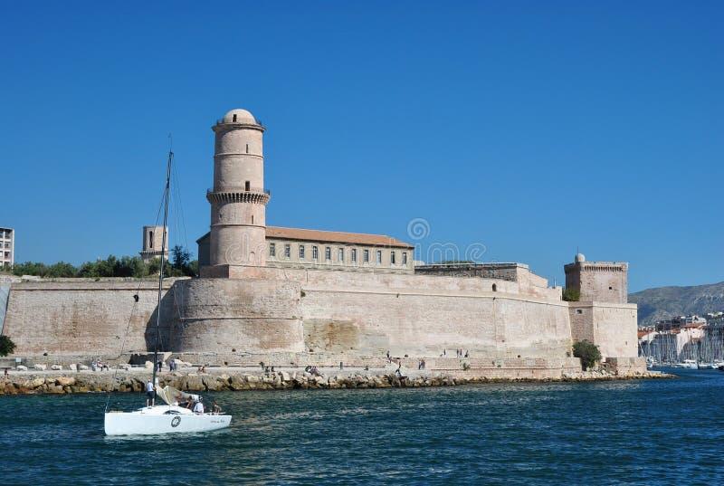 Leistungsfähige Wand von Heilig-Jean-Fort im alten Hafen von Marseille, Frankreich, auf dem tiefen Hintergrund des blauen Himmels lizenzfreie stockbilder