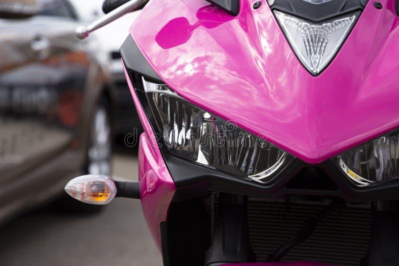 Leistungsfähiges modernes rosa helles Sportmotorrad, Vorderansicht lizenzfreie stockfotografie