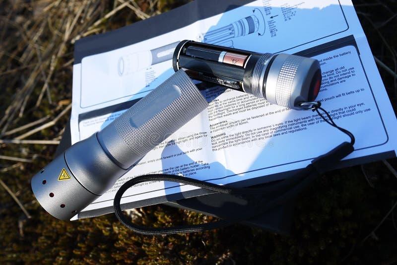Leistungsf?hige und helle Taschenlampe, die auf Batterien l?uft Spezieller Berg der Laterne, zum in der Lage zu sein, ihn auf der lizenzfreies stockbild