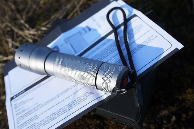 Leistungsf?hige und helle Taschenlampe, die auf Batterien l?uft Spezieller Berg der Laterne, zum in der Lage zu sein, ihn auf der stockbild