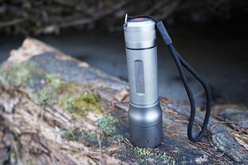 Leistungsf?hige und helle Taschenlampe, die auf Batterien l?uft Spezieller Berg der Laterne, zum in der Lage zu sein, ihn auf der stockfotos
