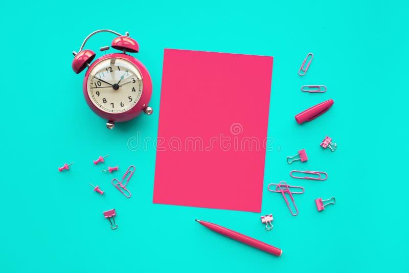 Leistungskonzepte mit Papier, Bleistift und Wecker auf Worktablehintergrund Zeit und Datumsgrenze stockfoto
