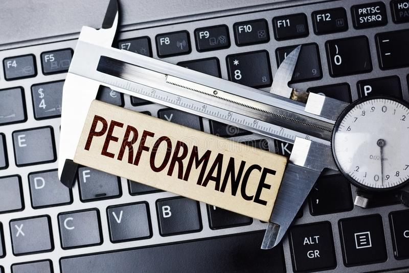 Leistungsmessung oder Niveau mit Tasterzirkel auf Computernotizbuch lizenzfreie stockfotos