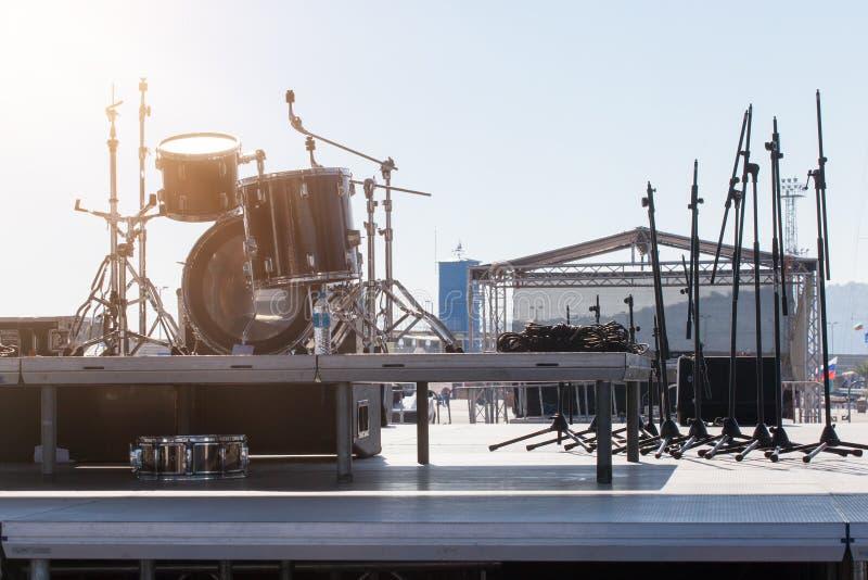 Leistungsstadium mit Trommeln vor der Show Bühne hinter dem Vorhang vor einem Konzert lizenzfreies stockbild