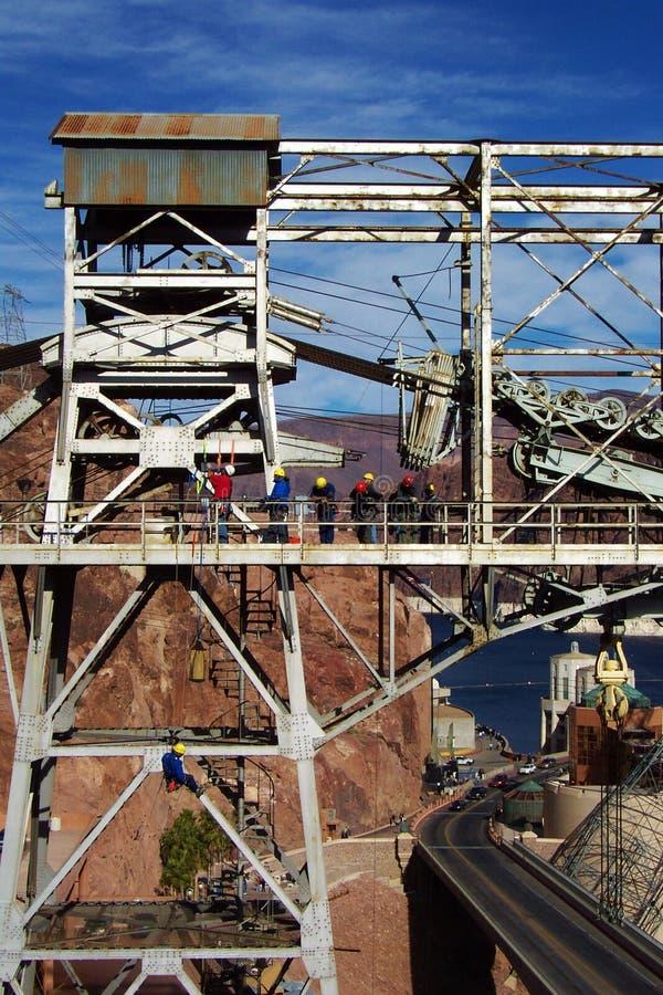 Leitartikel, Bauarbeiter über Hooverdamm lizenzfreie stockbilder