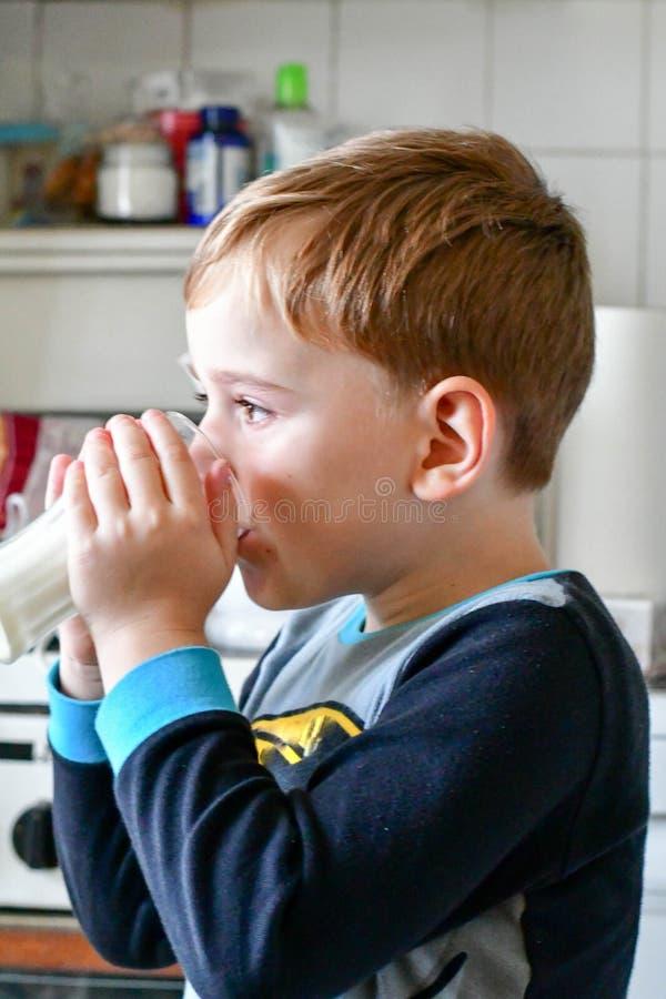 Leite bebendo da criança bonito fotografia de stock