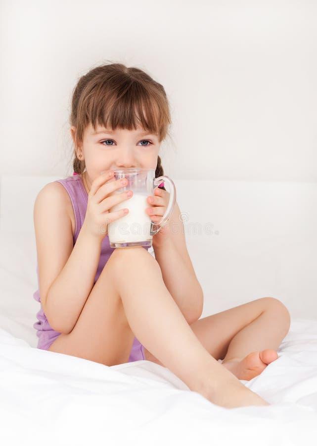 Leite bebendo da menina fotos de stock