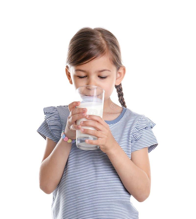 Leite bebendo da menina bonito no fundo branco imagem de stock