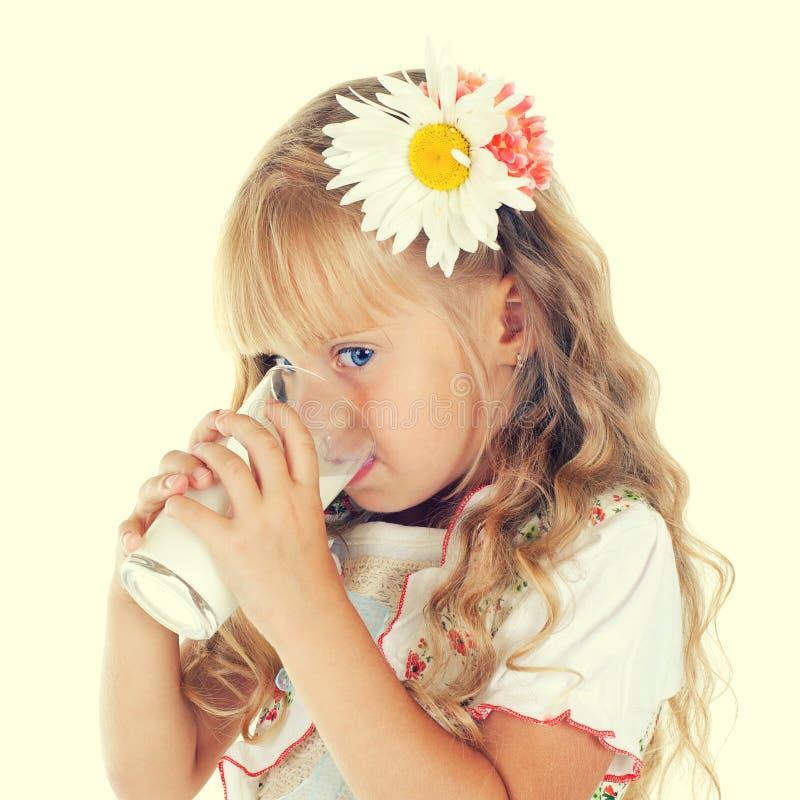 Leite bebendo da menina do vidro imagens de stock royalty free