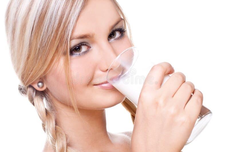 Leite bebendo da mulher bonita imagens de stock royalty free