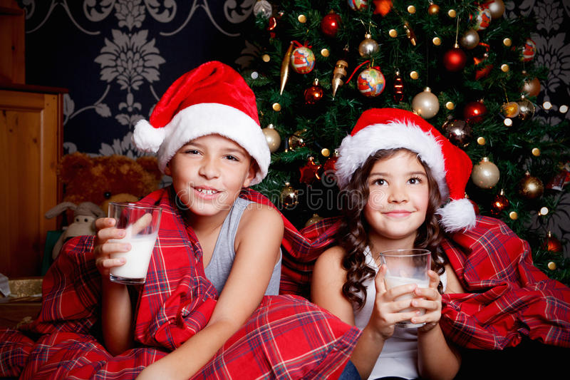 Leite bebendo das crianças doces foto de stock