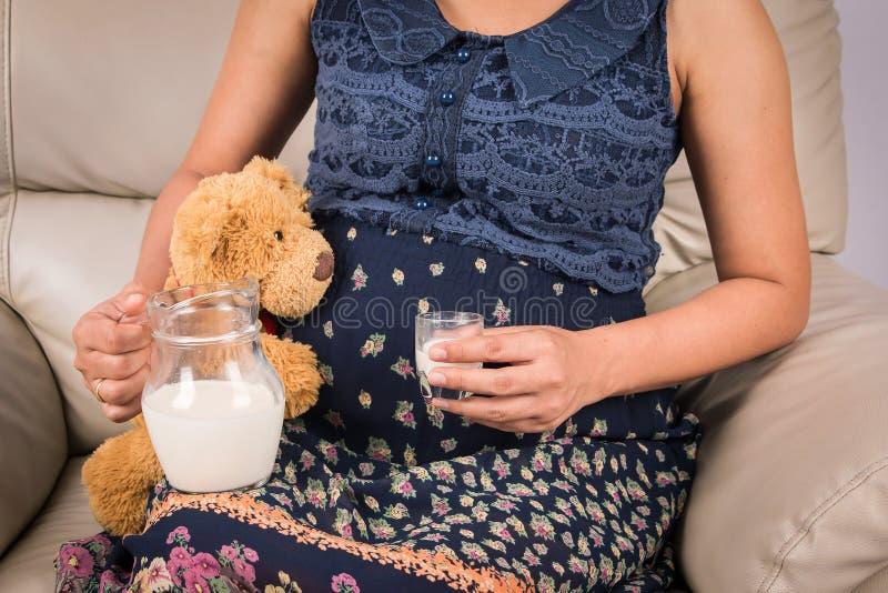 Leite bebendo das mulheres gravidas fotografia de stock royalty free