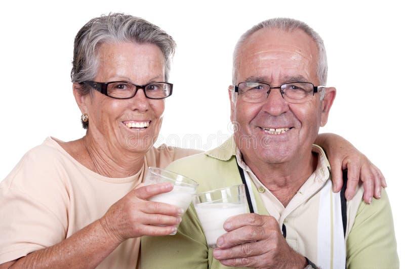 Leite bebendo dos pares velhos felizes imagem de stock royalty free