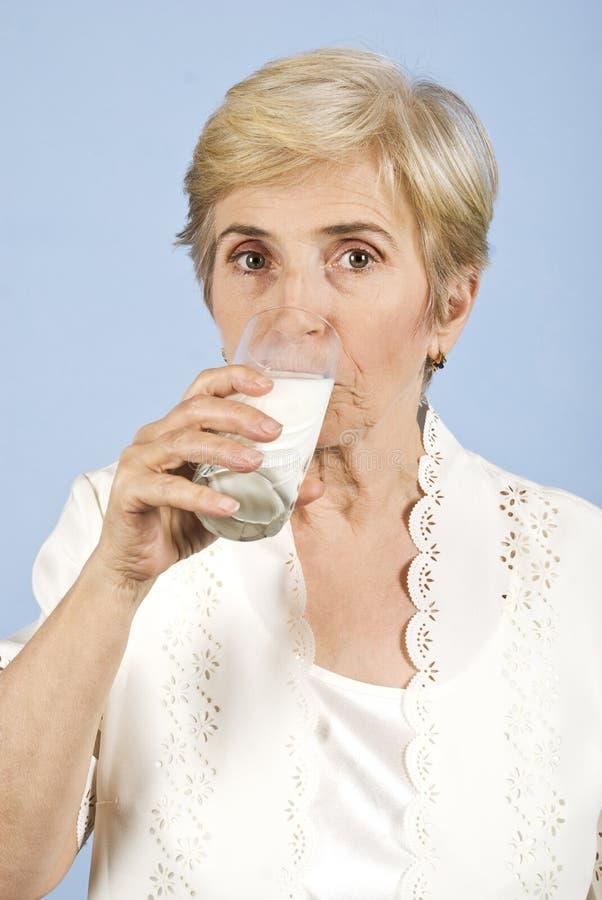Leite bebendo envelhecido mulher fotos de stock