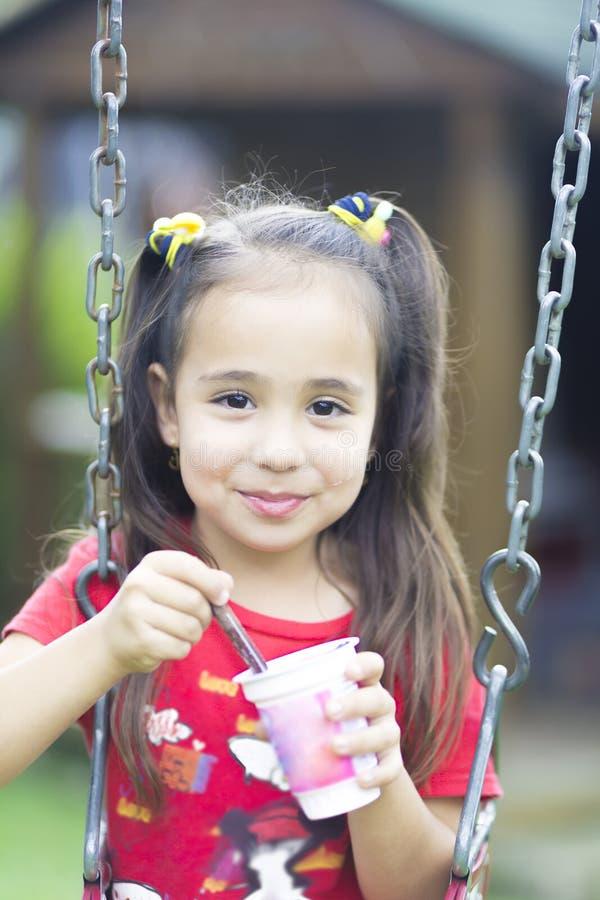 Leite bebendo ou iogurte da menina feliz fotos de stock royalty free